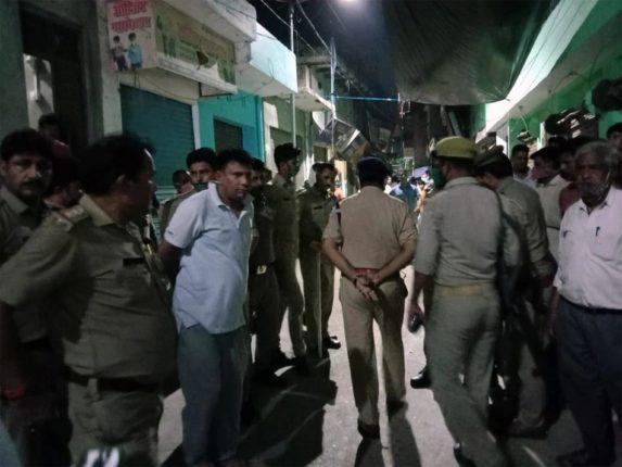 RSS नेत्याला कानाखाली मारल्या प्रकरणी निलंबित पोलीस निरीक्षकाला भर बाजारात मारहाण