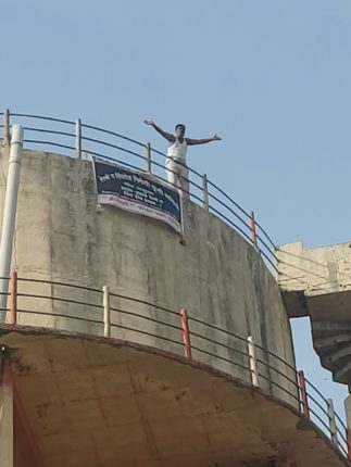 पाण्याच्या टाकीवर चढून 'शोले स्टाईल' आंदोलन ; रिंगरोडविरोधात कृती समिती अध्यक्ष आक्रमक
