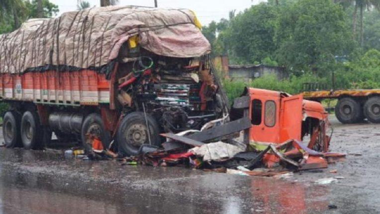पुणे-सोलापूर महामार्गावर दोन ट्रक आणि कंटेनरचा विचित्र अपघात ; दोघांचा मृत्यू तर एकजण गंभीर जखमी
