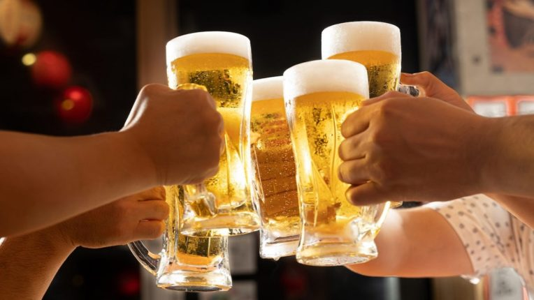 तुम्हीही बिअर पिता का? या देशात का बनवली जातेय मानवी मूत्रापासून Beer, वाचा नेमकं काय केलं जातंय