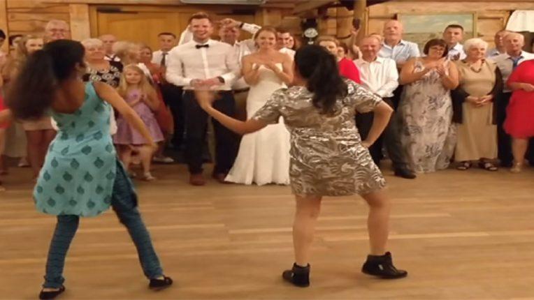 भर लग्नात पोलंडच्या जोडप्याला भारतीय वंशाच्या पोरींनी आपल्या तालावर नाचावलं, VIDEO होतोय व्हायरल!