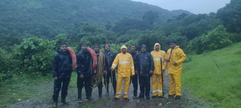 खारघर डोंगरात अडकलेल्या ११६ जणांची सुखरूप अग्निशामक दलाच्या मदतीने पोलिसांनी केली सुखरूप सुटका