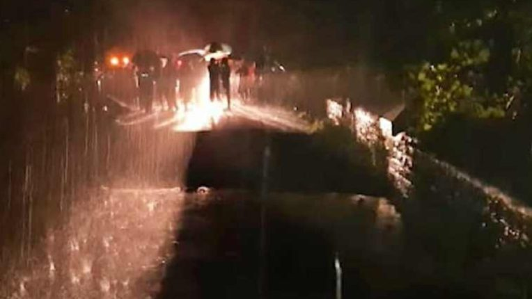 काशीद बीच समोरील पूल कोसळला; एक कार आणि बाईक गेली वाहून, एकाचा मृत्यू