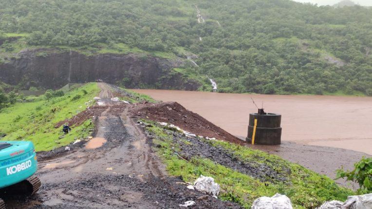 Heavy rains raised the level of Panderi dam; Warning to the citizens of Mandangad