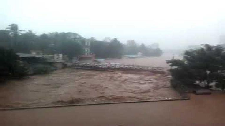 पोयसर नदी अरुंद झाल्याने नागरिकांचे हाल; झोपडपट्टी सहीत सोसायाट्यामध्येही पाणी शिरल्याने रहिवाशांचे प्रचंड नुकसान
