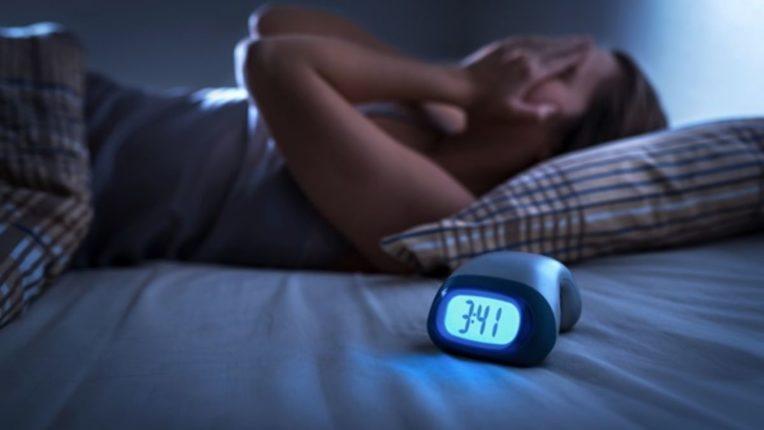 पुरेशी झोप न घेणाऱ्यांनो लगेच व्हा सावध; तुमच्या शरीरात होत आहेत 'हे' बदल