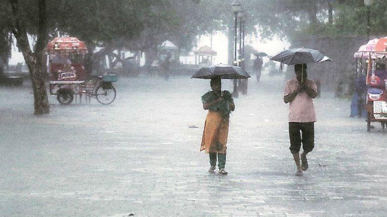 मुंबईत पावसाची कोसळधार, सलग दुसऱ्या महिन्यात सरासरीपेक्षा जास्त पाऊस