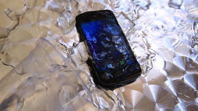 सुरक्षा टिप्स : जर स्मार्टफोन पावसात ओला झाला तर काहीही विचार न करता आधी तो बंद करा; मग या पर्यायांचा अवलंब करा