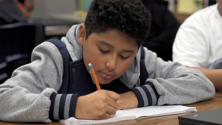 मुलांच्या शैक्षणिक प्रगतिमध्ये अडथळा येतोय?; मग वास्तुशास्त्रानुसार घरात करा 'हा' बदल
