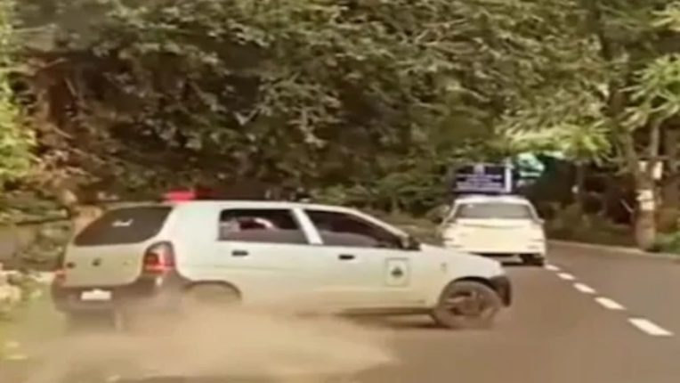 कारचालकांची स्टंटबाजी आली अंगलट; पोलिसांकडून दंडुक्यांचा प्रसाद आणि बेड्या; 'स्टंटबाजी'चे कारण जाणून पोलिसही चक्रावले