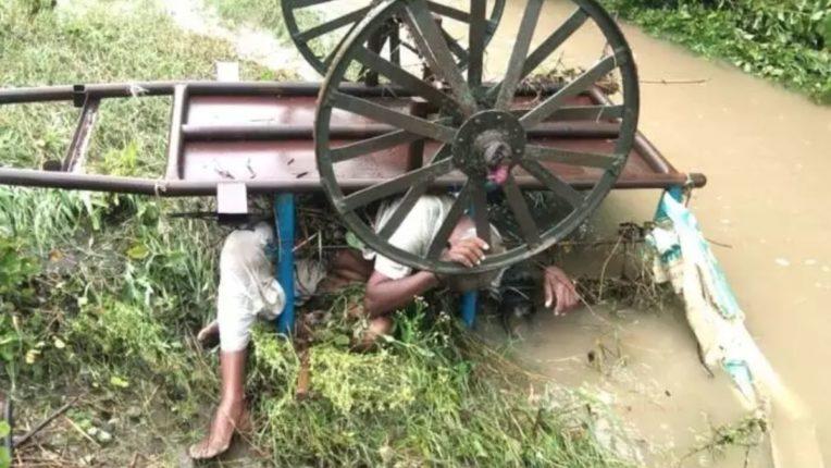 पावसाचं तांडव ! मुसळधार पावसामुळे बैलगाडीसह शेतकरी गेला वाहून