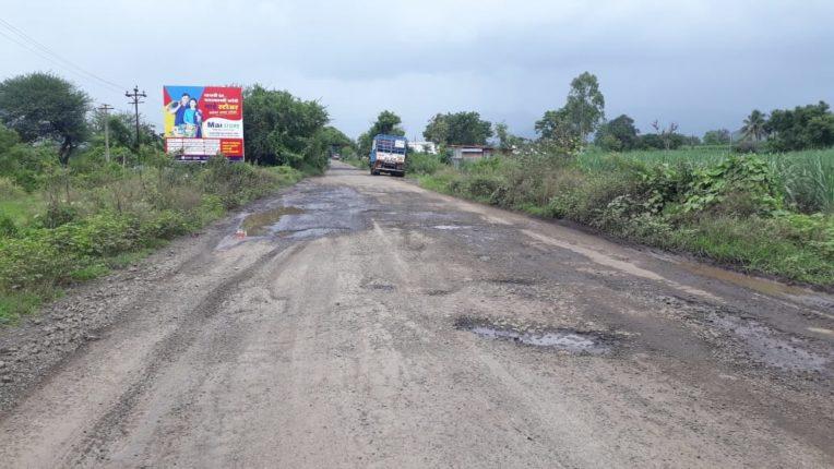वाई एमआयडीसी ते सुरुर वाई रस्त्याला जोडणाऱ्या रस्त्यावर खड्डेच खड्डे
