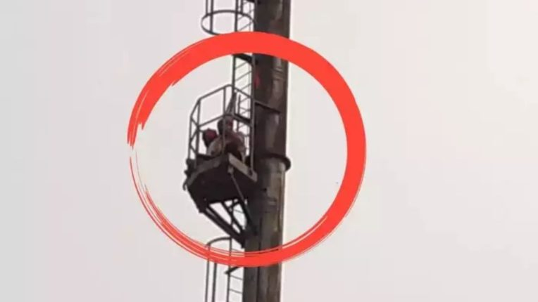 मिल सुरू करण्याच्या मागणीसाठी कामगार ३०० फूट टॉवरवर चढला