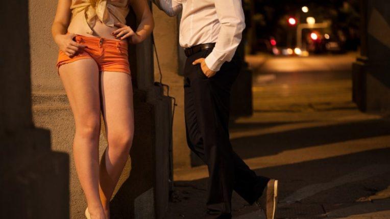 महिला आणि तरुणींकडून वेश्या व्यवसाय; उच्चभ्रू वस्तीत चालायचा घाणेरडा खेळ