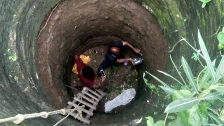 'नागराज' २५ फूट खोल विहिरीत पडले; सर्पमित्रांचे जीव धोक्यात घालून रेस्कू ऑपरेशन