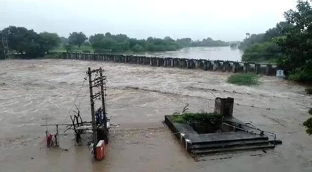 चाळीसगाव परिसरात नदी नाल्यांना पूर, शहरात बाजारपेठेतही शिरले पाणी, पशुधनाचे नुकसान