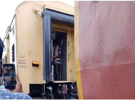The couplings of the GT Express heading towards Nagpur suddenly broke; Leaving 3 coaches, the engine went ahead and ...