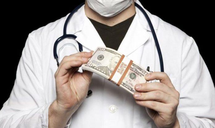 बोगस डॉक्टर, रुग्णालयांच्या मनमानी कारभाराला चाप लावा दीपक मोढवे-पाटील यांचे आयुक्त राजेश पाटील यांना निवेदन
