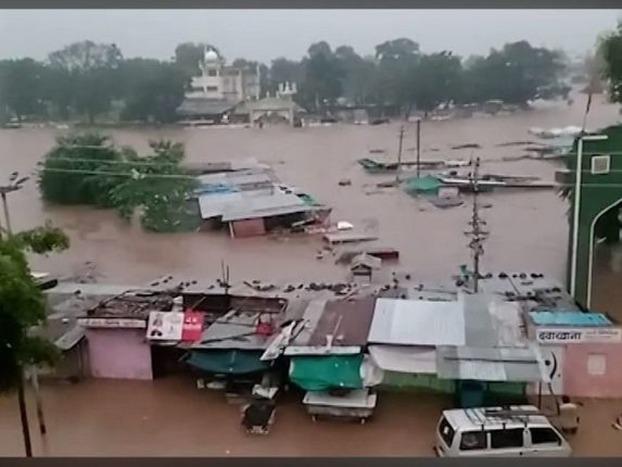 Jalgaon Floods: चाळीसगावात पावसाचे रौद्ररूप; 600 जनावरे गेली वाहून, 10 जणांचा मृत्यू