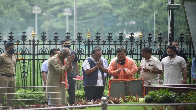 नारायण राणेंच्या भेटीनंतर शिवसेनेकडून बाळासाहेबांचा स्मृतीस्थळाचे गोमूत्र शिंपडून शुद्धीकरण; Narayan Rane Jan Ashirwad Yatra