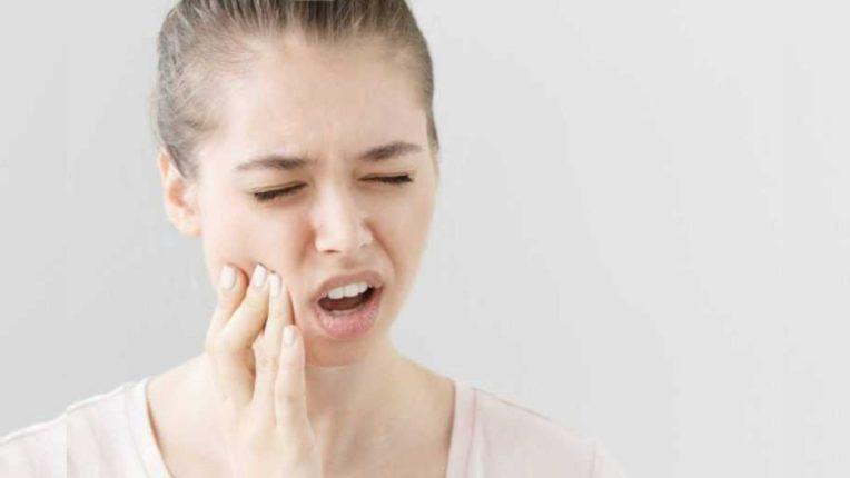असह्य दातदुखीने त्रस्त आहात?; मग करा 'हे' उपाय