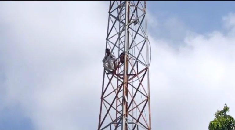 जिल्हाधिकारी कार्यालयाच्या टॉवरवर चढलेल्या शेतकऱ्याने मागण्या मान्य न झाल्यास विष पिऊन आत्महत्या करण्याचा दिला इशारा; परिसरात खळबळ
