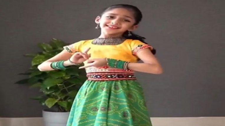 छोट्या मुलीने लाँग स्कर्ट-चोळी घालून केलाय गोड डान्स, व्हिडिओ पाहून नेटकरी भारावले