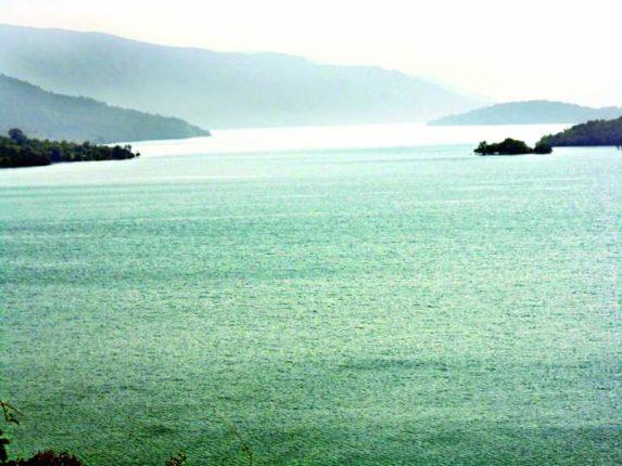 बामणोली - कोयना धरण शंभर टक्के भरल्याने पाणी बामणोली गावाला लागले आहे.
