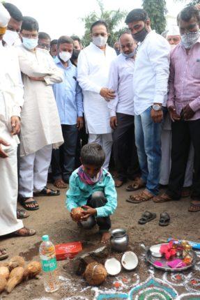 """""""काका, मी नारळ फोडू का?"""" म्हणणाऱ्या बालकाची इच्छा राज्याच्या जलसंपदा मंत्र्यांनी पूर्ण केली"""