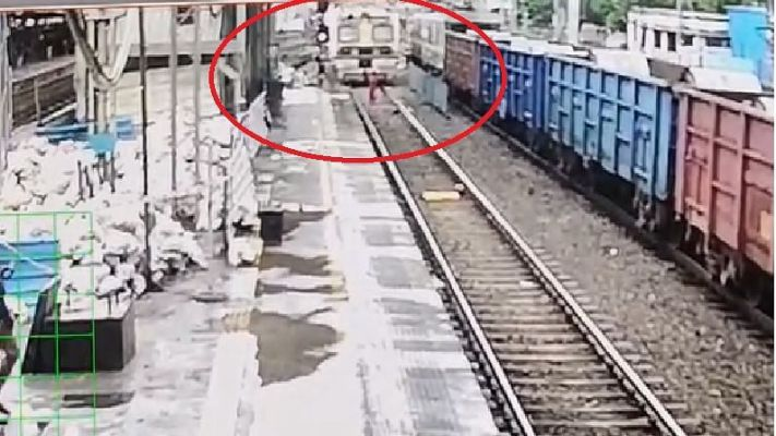 आत्महत्येसाठी रेल्वे ट्रॅकवर थांबलेल्या महिलेचे मोटरमनच्या प्रसंगावधानामुळे वाचले प्राण ; घटना CCTV कैद