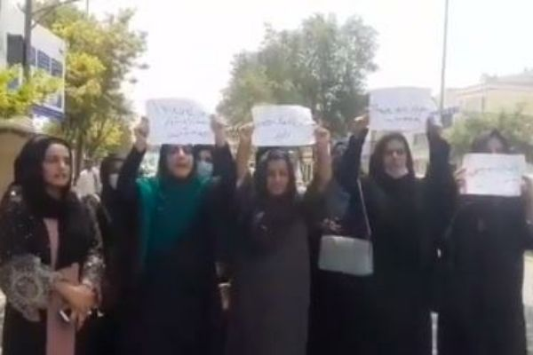 Taliban uprising in Kabul; Hit the women with tear gas canisters