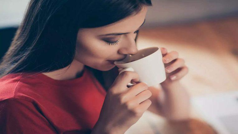 चहासोबत वाढवा तुमच्या चेहऱ्याचे सौंदर्य, केसांची चमकही होईल दुप्पट