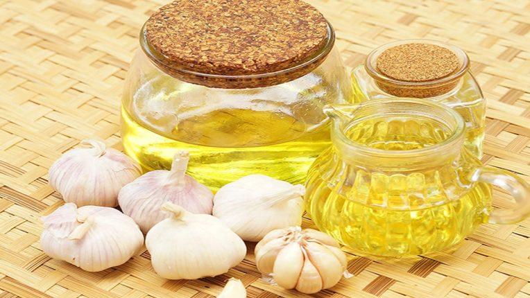 संपूर्ण पोषण देऊन केसांना सुंदर आणि मजबूत बनवते Garlic Oil; उपाय एवढा भारीये की, केस कधीच कंगव्यात गुंतणार नाहीत