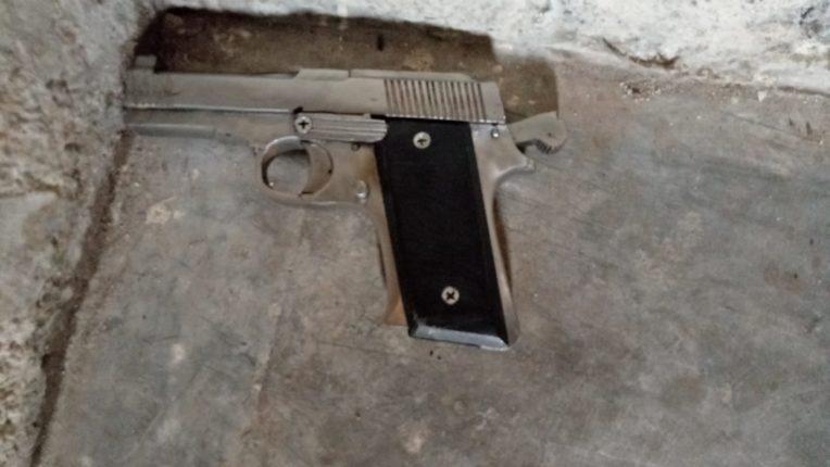 इमारतीत गोळीबाराचा थरार..! घरफोडी करून जाणाऱ्या गुन्हेगाराने पाठलाग करणाऱ्या तरुणावर झाडली गोळी