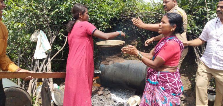कोंबडवाडी अनगर येथील हातभट्टी दारूचा अड्डा पोलिसांकडून उद्ध्वस्त