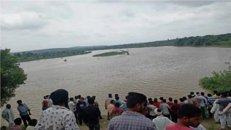 The boat capsized in the Wardha River; Jalasamadhi to 11 members of the same family who came for Dashakriya ritual