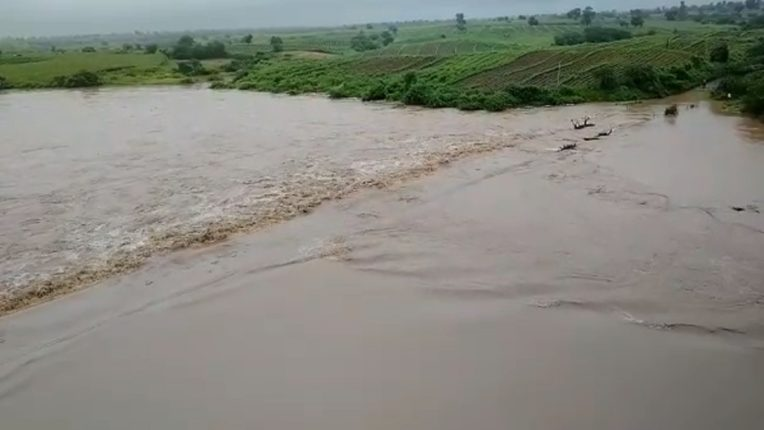 Four to four feet of water from the Purna river bridge; Nandura-Jalgaon road closed for traffic