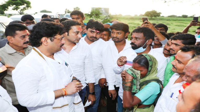 पालकमंत्री धनंजय मुंडे नुकसानग्रस्त शेतकऱ्यांच्या बांधावर, तातडीने पंचनामे करण्याचे दिले आदेश