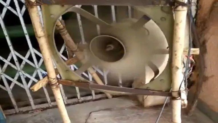 Desi Jugaad : जुगाड़ : कूलरची पाती आणि लाकडापासून तयार केला 'देशी पंखा'