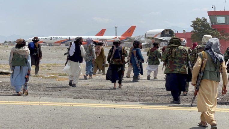 अमेरिकेकडून अफगाणिस्तानच्या विमान उड्डाणांवर बंदी, काबुलमध्ये एयरलिफ्ट पुन्हा एकदा थांबलं..