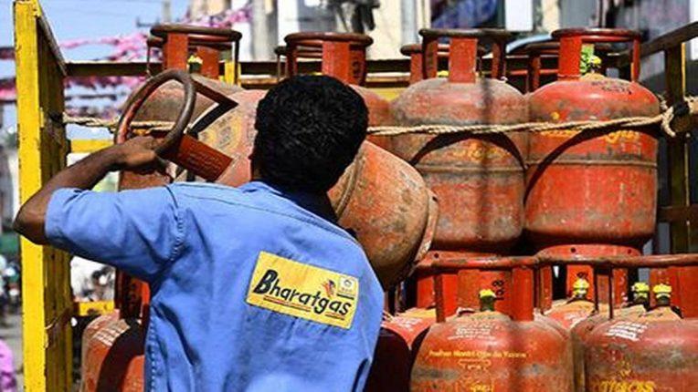 गॅस सिलिंडरचा भडका: सबसिडीवाला गॅस सिलेंडरही ९०० रुपये पार, २ महिन्यांत ७५ रुपयांहूनही झाला अधिक महाग