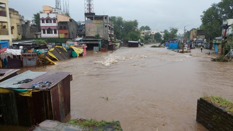 Due to torrential rains, Nashik's seepage lake burst and ...