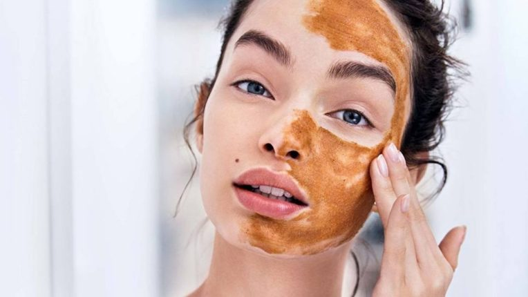 चमकदार त्वचेसाठी करा साखरेचे स्क्रब; सणासुदीच्या दिवसात दिसा फ्रेश