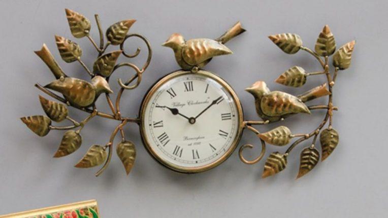 नशिबाचे दरवाजे उघडायचे असतील तर घरात 'या' दिशेला लावा घड्याळ
