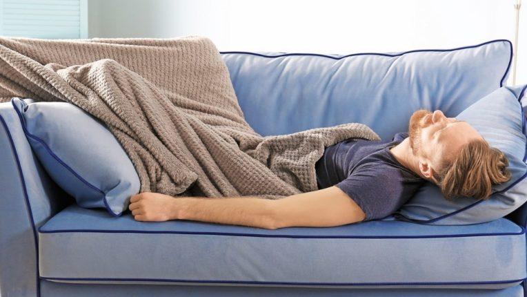 सोफ्यावर झोपण्याची सवय आहे?; मग हे नक्की वाचा