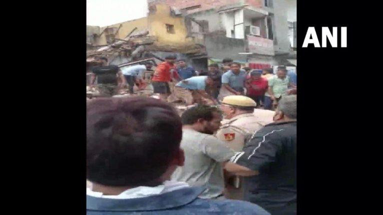 सबजी मंडी परिसरात चार मजली इमारत कोसळली
