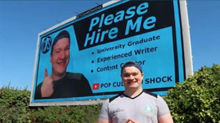 नोकरी मिळाली नाही म्हणून युवकाने शहरात लावली 'प्लीज हायर मी'ची होर्डिंग्स, पाहा…
