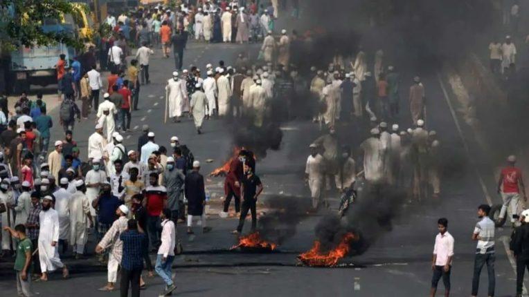 बांगलादेशात दुर्गापूजा महोत्सवादरम्यान दंगली, मंदिरात तोडफोड