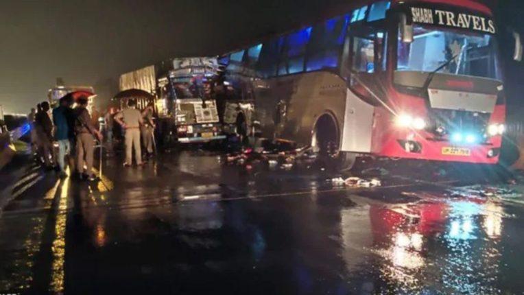 बस-ट्रक धडकेत १४ प्रवासी ठार; भीषण अपघातात ट्रकचा चक्काचूर