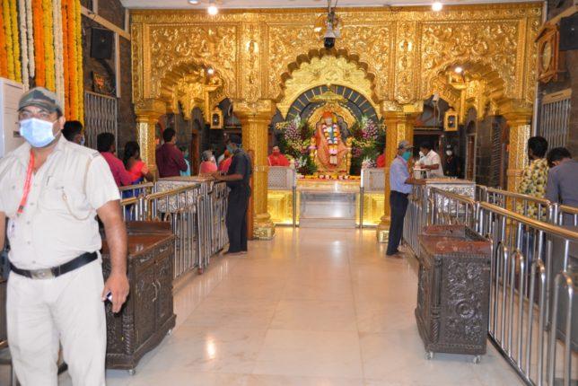 साई मंदिराची कवाडे उघडली : फुलांची उधळण, दिव्यांची रोेषणाई ; रांगोळ्यांनी साईभक्तांचे स्वागत